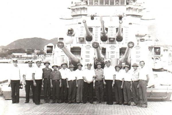 Các chiến sĩ hải quân Việt Nam và Liên Xô chụp ảnh kỷ nhiệm tại Cam Ranh
