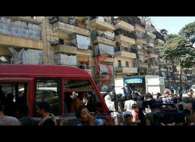75 gia đình ở khu vực vây hãm đã ra được vùng giải phóng ở Aleppo ảnh 5