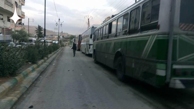 Video: Gần 2.000 phiến quân lũ lượt ra hàng, quân đội Syria tiến vào Al-Tall ảnh 2