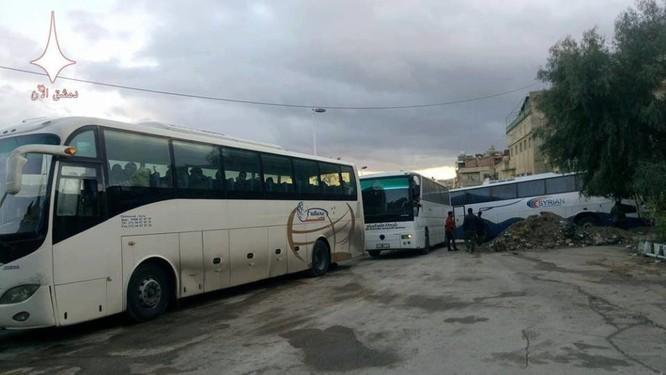 Video: Gần 2.000 phiến quân lũ lượt ra hàng, quân đội Syria tiến vào Al-Tall ảnh 3