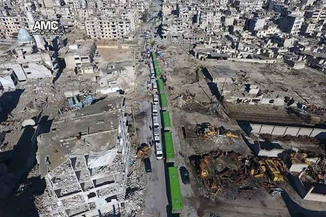 Chiến sự Aleppo: Cận cảnh quân đội Syria áp giải phiến quân khỏi thành phố (video) ảnh 1