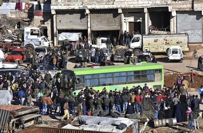 Trận chiến Aleppo: Cận cảnh 4.000 phiến quân đầu hàng lũ lượt rời chiến địa ảnh 6