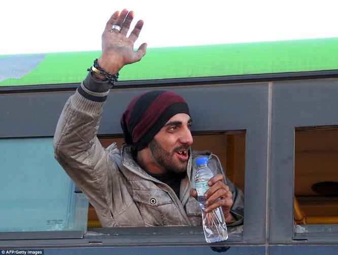 Trận chiến Aleppo: Cận cảnh 4.000 phiến quân đầu hàng lũ lượt rời chiến địa ảnh 12