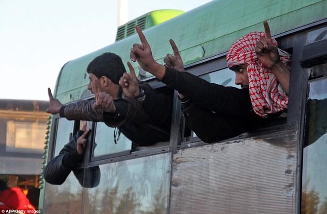 Trận chiến Aleppo: Cận cảnh 4.000 phiến quân đầu hàng lũ lượt rời chiến địa ảnh 21
