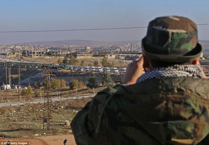 Trận chiến Aleppo: Cận cảnh 4.000 phiến quân đầu hàng lũ lượt rời chiến địa ảnh 23