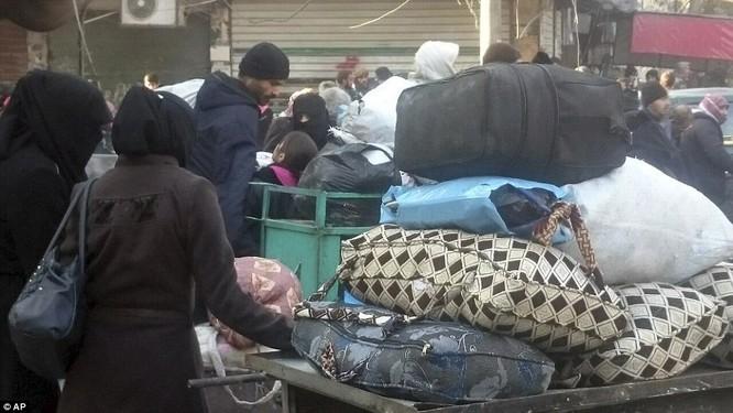 Trận chiến Aleppo: Cận cảnh 4.000 phiến quân đầu hàng lũ lượt rời chiến địa ảnh 29