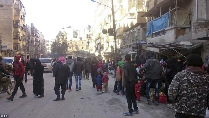 Trận chiến Aleppo: Cận cảnh 4.000 phiến quân đầu hàng lũ lượt rời chiến địa ảnh 31