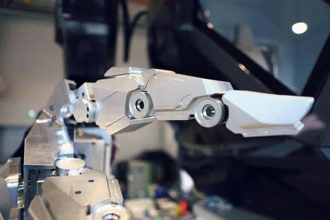 Video: Choáng với Robot cao 4m, nặng 1,5 tấn, làm việc như con người ảnh 1