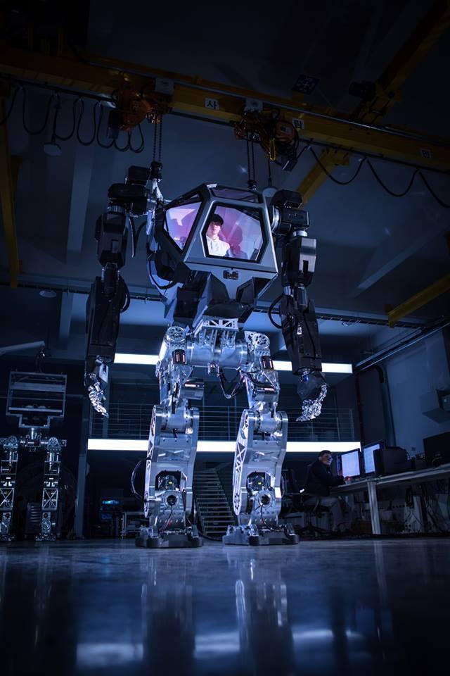 Video: Choáng với Robot cao 4m, nặng 1,5 tấn, làm việc như con người ảnh 2