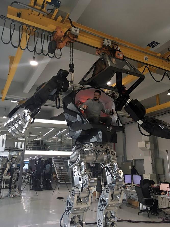 Video: Choáng với Robot cao 4m, nặng 1,5 tấn, làm việc như con người ảnh 6