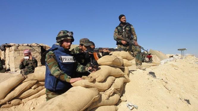 Trận chiến Palmyra: Pháo Syria khạc lửa dập nát hơn 40 tay súng IS ảnh 3