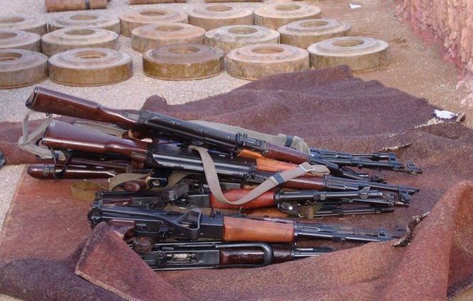 Hơn 600 phiến quân Syria nộp vũ khí đầu hàng ở ngoại vi Damascus ảnh 2