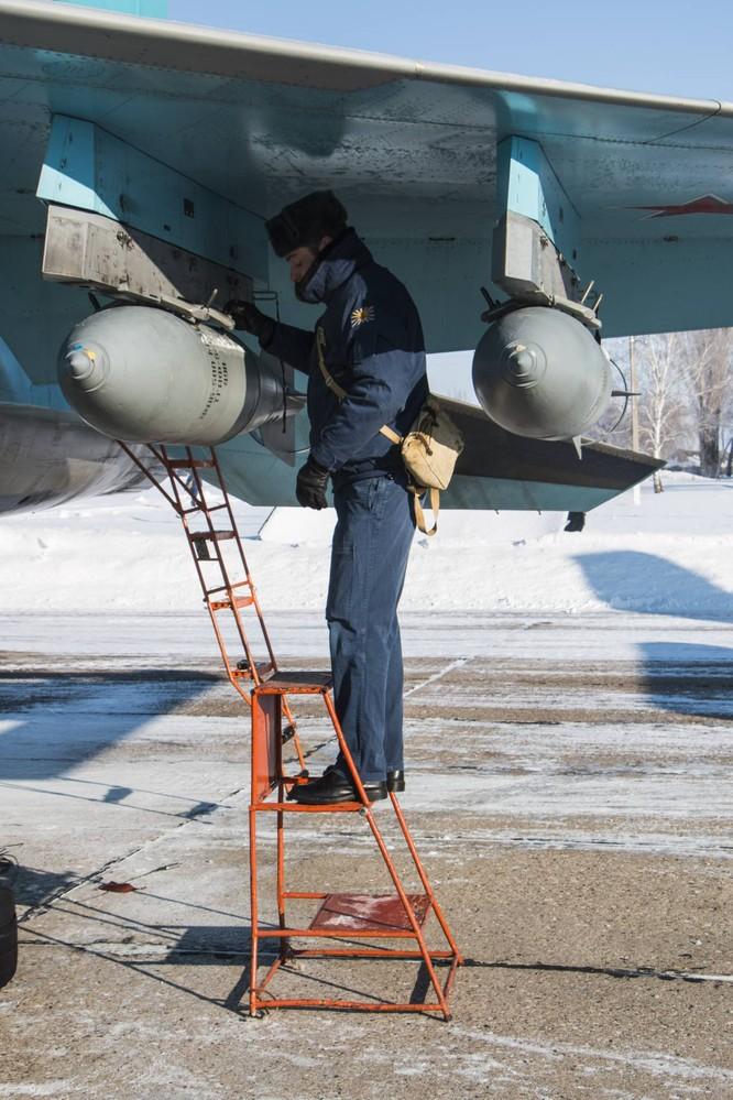 """""""Thú mỏ vịt"""" Su-34 Nga huấn luyện chiến đấu trong băng giá ảnh 14"""