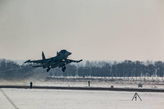 """""""Thú mỏ vịt"""" Su-34 Nga huấn luyện chiến đấu trong băng giá ảnh 26"""