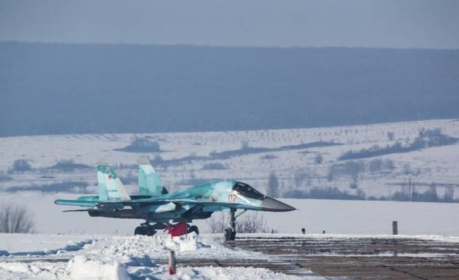 """""""Thú mỏ vịt"""" Su-34 Nga huấn luyện chiến đấu trong băng giá ảnh 29"""