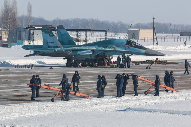"""""""Thú mỏ vịt"""" Su-34 Nga huấn luyện chiến đấu trong băng giá ảnh 31"""