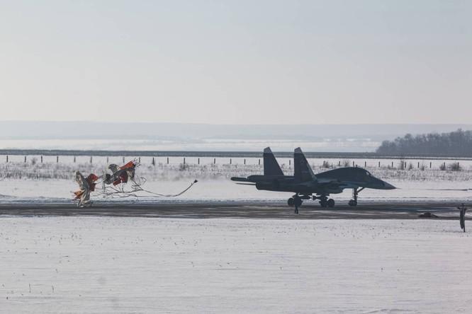 """""""Thú mỏ vịt"""" Su-34 Nga huấn luyện chiến đấu trong băng giá ảnh 33"""