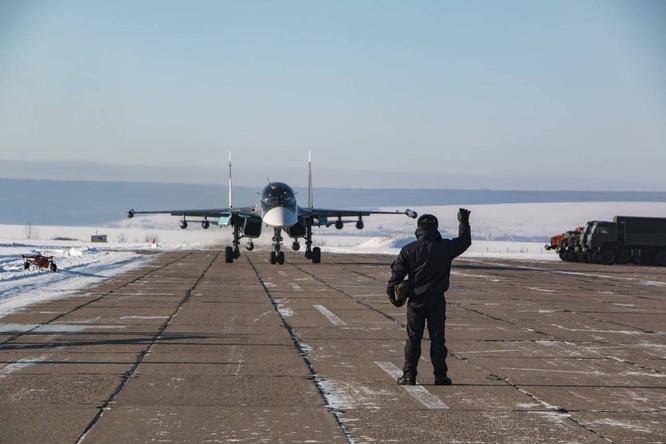 """""""Thú mỏ vịt"""" Su-34 Nga huấn luyện chiến đấu trong băng giá ảnh 34"""