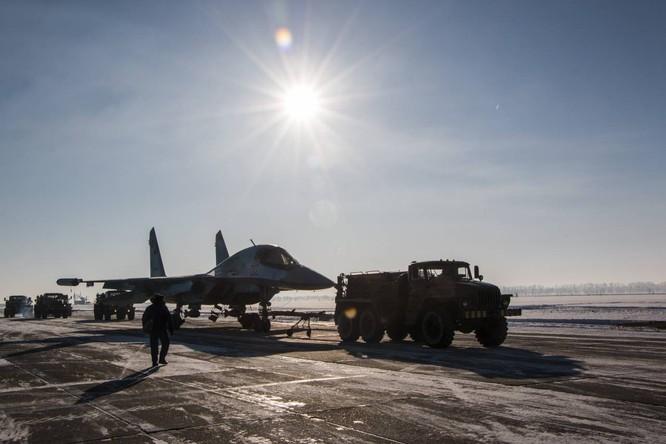 """""""Thú mỏ vịt"""" Su-34 Nga huấn luyện chiến đấu trong băng giá ảnh 35"""