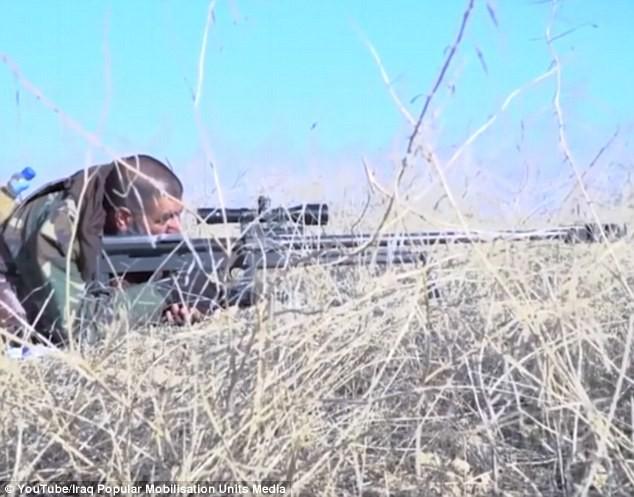Siêu xạ thủ bắn tỉa một mình đoạt mạng hơn 300 chiến binh IS (video) ảnh 1