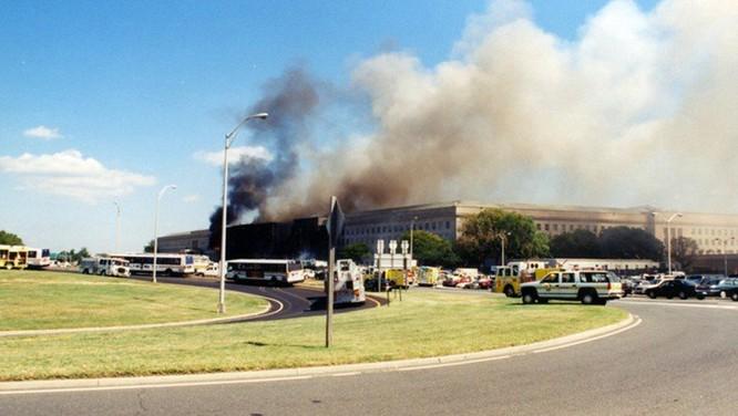 FBI công bố những bức ảnh chưa từng biết đến về vụ tấn công khủng bố Lầu Năm Góc ngày 11.9.2001 ảnh 1