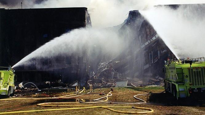 FBI công bố những bức ảnh chưa từng biết đến về vụ tấn công khủng bố Lầu Năm Góc ngày 11.9.2001 ảnh 13
