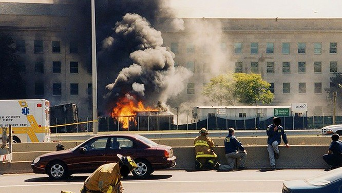 FBI công bố những bức ảnh chưa từng biết đến về vụ tấn công khủng bố Lầu Năm Góc ngày 11.9.2001 ảnh 21