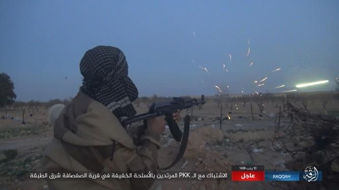 Mỹ hậu thuẫn người Kurd diệt hàng chục phiến quân IS ở Raqqa (video) ảnh 1