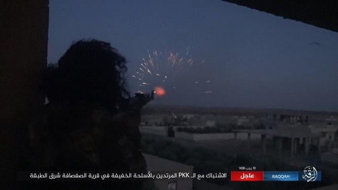 Mỹ hậu thuẫn người Kurd diệt hàng chục phiến quân IS ở Raqqa (video) ảnh 2