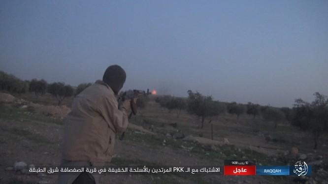 Mỹ hậu thuẫn người Kurd diệt hàng chục phiến quân IS ở Raqqa (video) ảnh 3