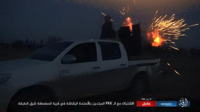 Mỹ hậu thuẫn người Kurd diệt hàng chục phiến quân IS ở Raqqa (video) ảnh 4