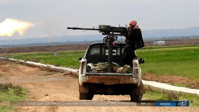 Mỹ hậu thuẫn người Kurd diệt hàng chục phiến quân IS ở Raqqa (video) ảnh 9