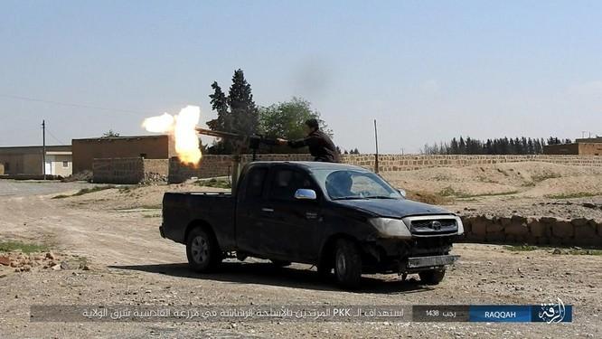 Mỹ hậu thuẫn người Kurd diệt hàng chục phiến quân IS ở Raqqa (video) ảnh 10