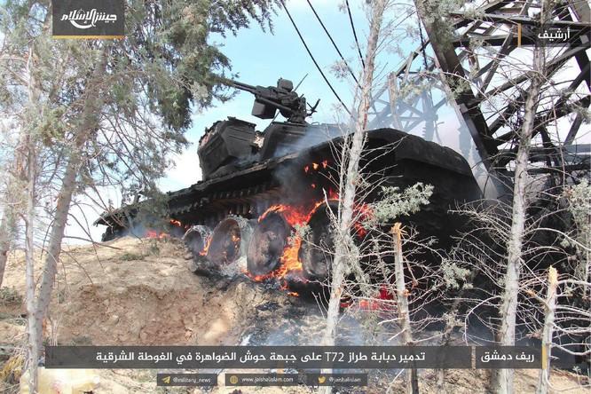 T-72 Nga bị bắn cháy, phe thánh chiến cầm chân quân Syria ở ngoại vi Damascus ảnh 1