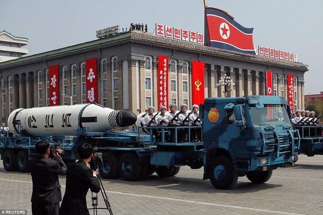 Tên lửa đạn đạo bắn từ tàu ngầm của Triều Tiên lần đầu được công khai