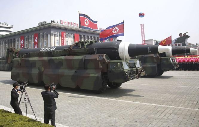 """Báo Mỹ """"soi"""" màn phô diễn tên lửa Triều Tiên ảnh 11"""