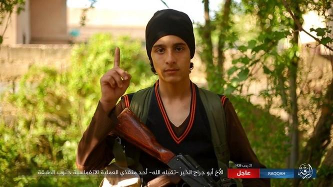 IS giãy giụa ở Raqqa, điên cuồng đánh bom tự sát (video) ảnh 2