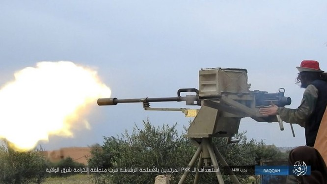 IS giãy giụa ở Raqqa, điên cuồng đánh bom tự sát (video) ảnh 7