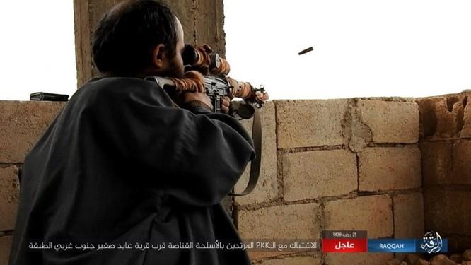 IS giãy giụa ở Raqqa, điên cuồng đánh bom tự sát (video) ảnh 8