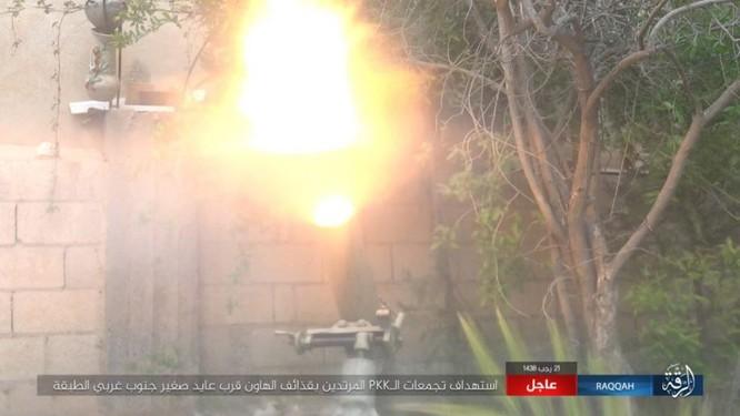 IS giãy giụa ở Raqqa, điên cuồng đánh bom tự sát (video) ảnh 9