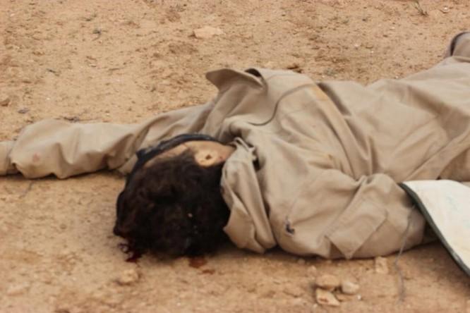 IS giãy giụa ở Raqqa, điên cuồng đánh bom tự sát (video) ảnh 10