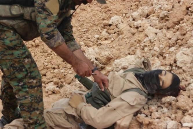 IS giãy giụa ở Raqqa, điên cuồng đánh bom tự sát (video) ảnh 11