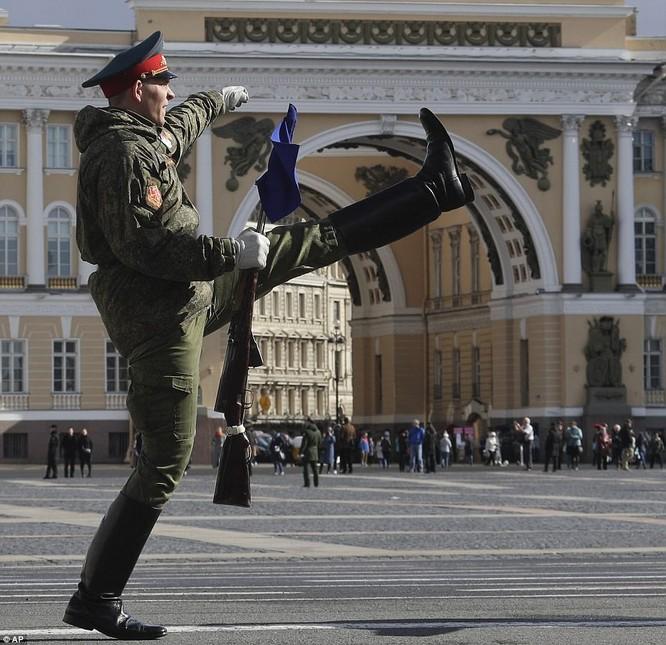 Xe tăng, tên lửa Nga tập dượt duyệt binh mừng Ngày chiến thắng ảnh 3