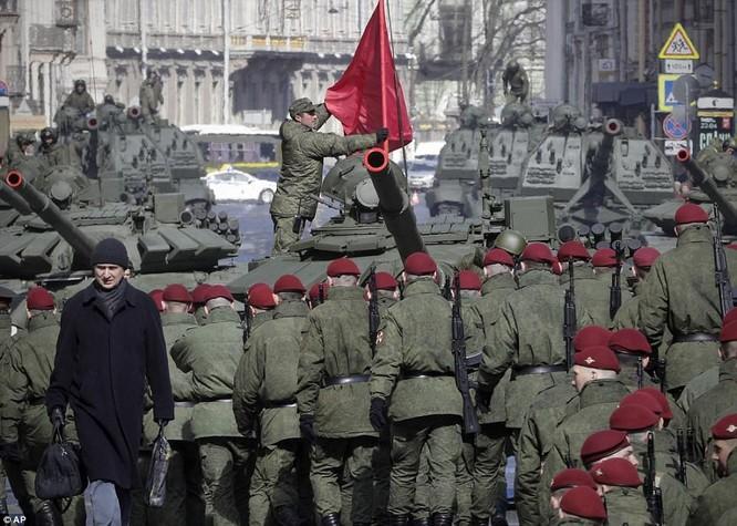 Xe tăng, tên lửa Nga tập dượt duyệt binh mừng Ngày chiến thắng ảnh 13