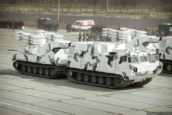 Ngắm dàn vũ khí mới Tor-M2DT và Pantsir-SA Nga tập diễu binh (video) ảnh 1