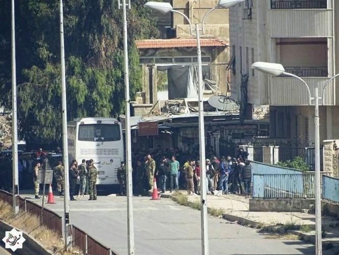 8.000 phiến quân Syria đầu hàng, giao nộp hai quận ngoại ô Damascus ảnh 7