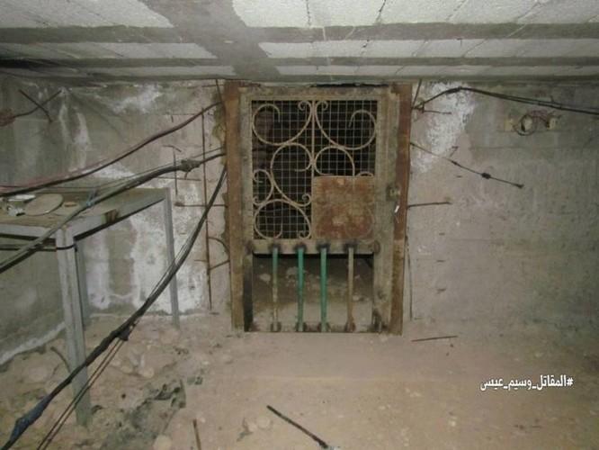 Chiến sự Syria: Phát hiện căn cứ ngầm khổng lồ của phiến quân ở ngoại vi Damascus ảnh 8