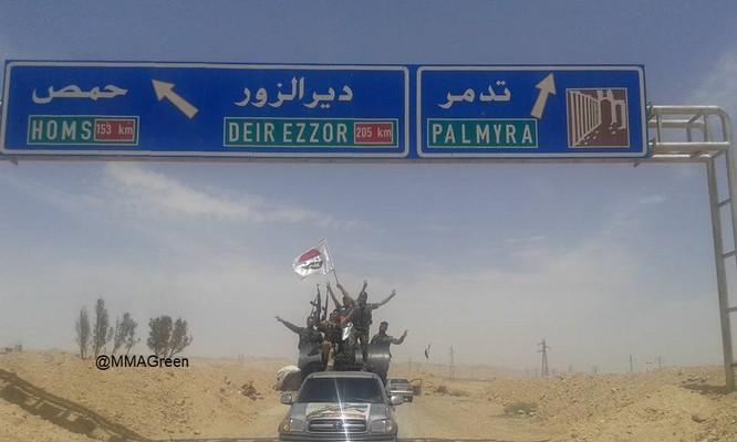 Bất chấp Mỹ không kích, quân đội Syria vẫn tiến về biên giới Iraq ảnh 1