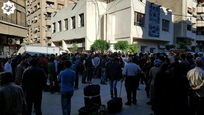 Hàng ngàn phiến quân Syria đầu hàng, di tản khỏi ngoại vi Damascus (video) ảnh 1