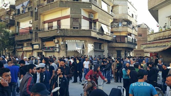 Hàng ngàn phiến quân Syria đầu hàng, di tản khỏi ngoại vi Damascus (video) ảnh 2